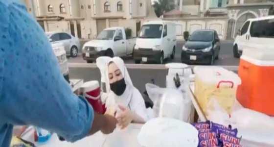 بالفيديو.. قصة مواطنة تتحدى الإعاقة وتصنع الأطعمة لبيعها