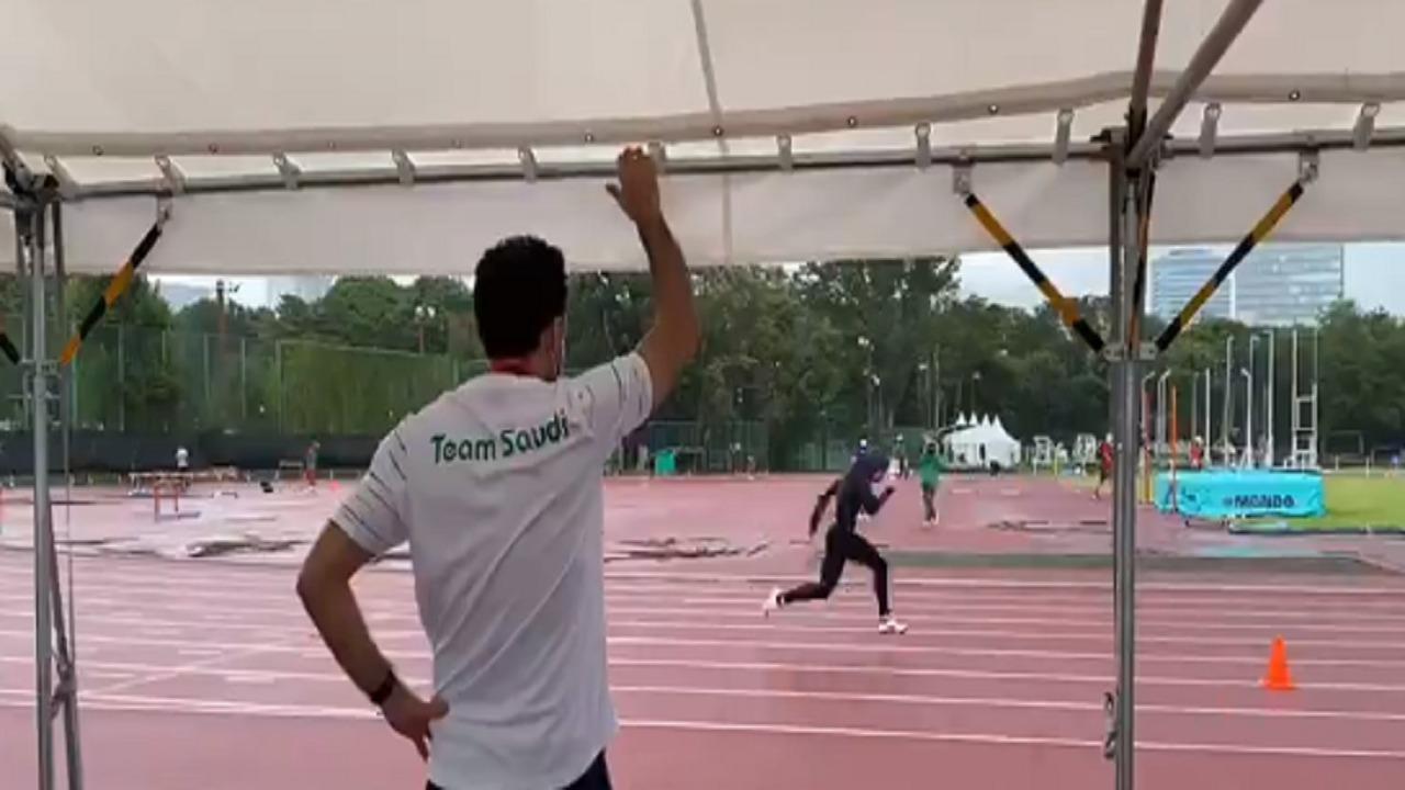 بالفيديو.. وزير الرياضة يتابع تدريبات العداءة السعودية ياسمين الدباغ