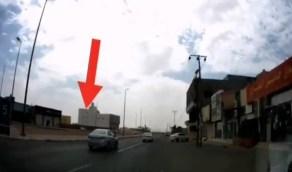 بالفيديو.. قائد مركبة يمارس التفحيط ويصطدم بعامود كهرباء في شارع عام
