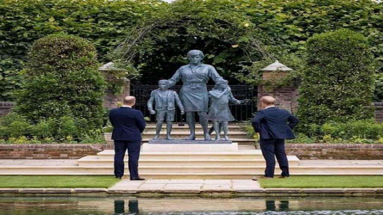 """بالصور .. وليام وهاري يزيحان الستار عن تمثال لوالدتهما """"ديانا"""""""