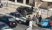 شاهد.. شرطي كويتي يتعرض للاعتداء على يد شخص في شارع عام