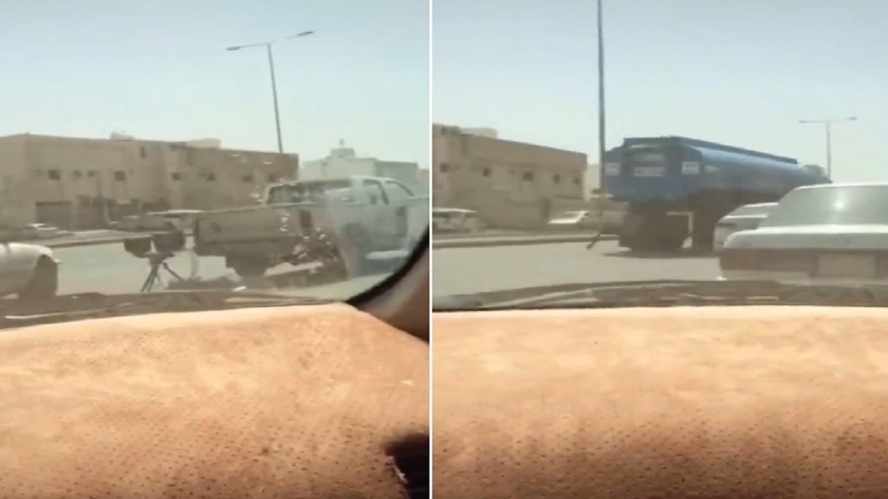 """بالفيديو .. قائد مركبة يوثق لحظة اصطدامه بجهاز """"ساهر"""""""