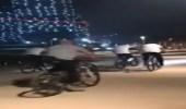 """السيسي يتجول بدراجة هوائية وسط حرسه الخاص على كورنيش العلمين الجديدة """"فيديو"""""""