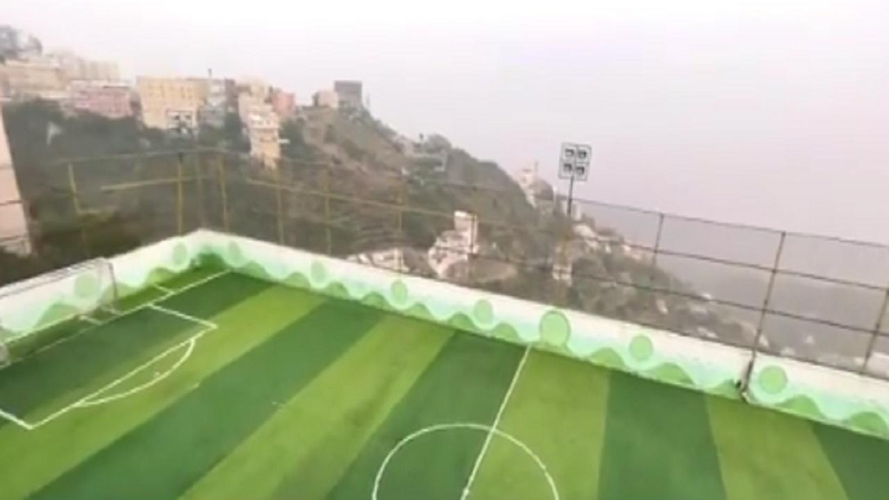 بالفيديو .. سطح منزل يتحول إلى ملعب كرة قدم في فيفاء