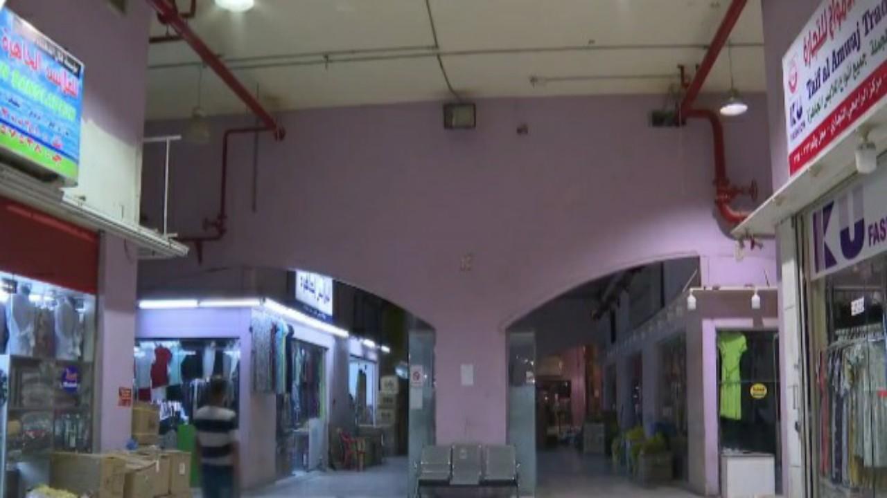 """عمالة سائبة تشغل سوقا وسط الرياض عبر مولدات كهربائية وتؤجر المحلات للمخالفين """"فيديو"""""""