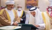 """وسام عُماني رفيع لخادم الحرمين الشريفين وقلادة الملك عبدالعزيز لسُلطان عمان """"صور"""""""