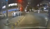 """مركبة مسرعة تقطع إشارة مرور وتصدم أخرى وتتسبب في انحرافها عن طريقها """"فيديو"""""""