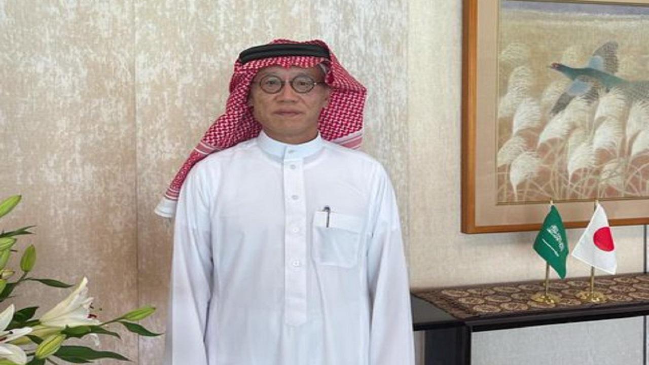 السفير الياباني يتباهى بالزي السعودي: أخيرًا حصلت على شماغ
