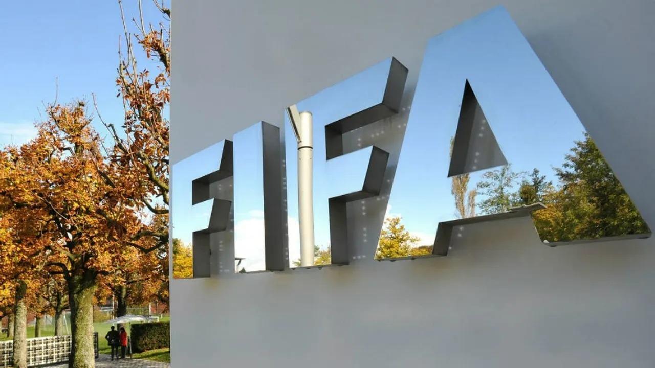 """""""الفيفا"""" يُنفي إجراء تغييرات تجريبية على قوانين اللعبة"""