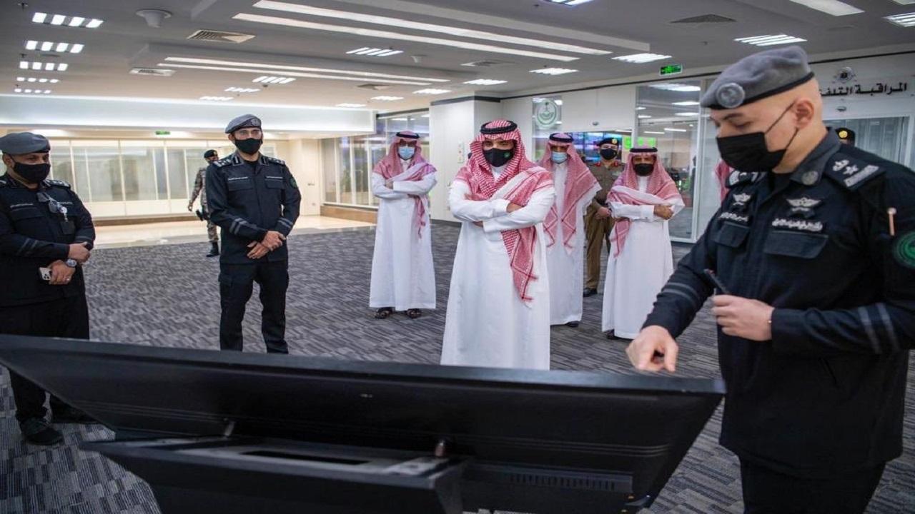 """الأمير عبدالعزيز بن سعود يتابع عمليات نفرة الحجاج خلال تفقده مركز العمليات الأمنية الموحدة """"صور"""""""