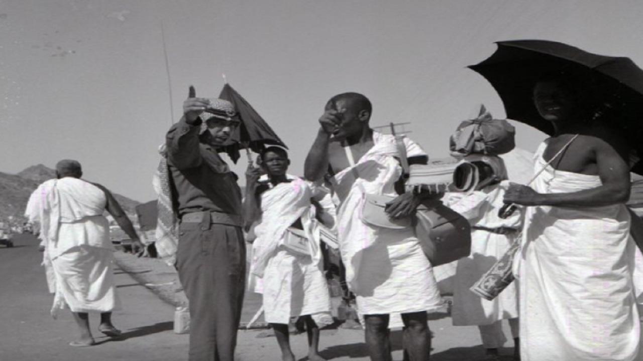 أحد منسوبي الحرس الوطني ينظم حشود الحج عام 1394هـ (صورة)