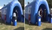 بالفيديو .. لاعب كرة قدم يقفز في حاوية قمامة احتفالا بتسجيل هدف