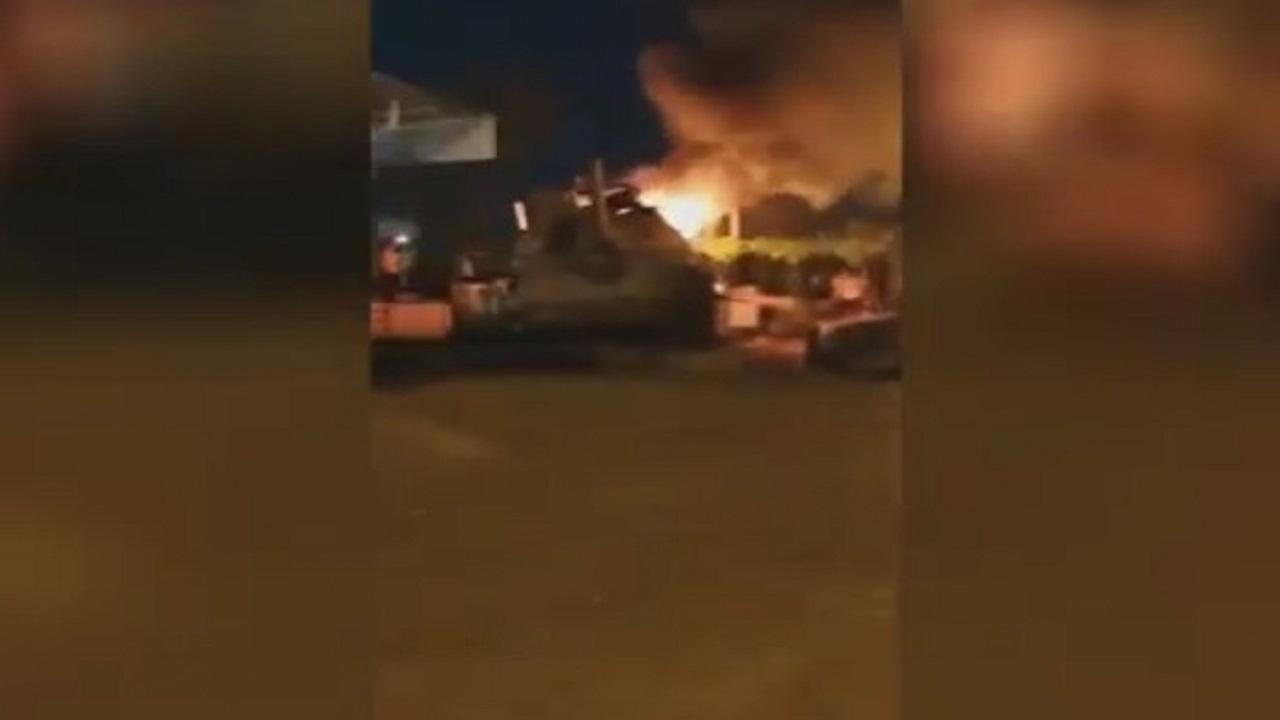 محتجون في إيران يحرقون دبابة في الخفاجية بالأحواز