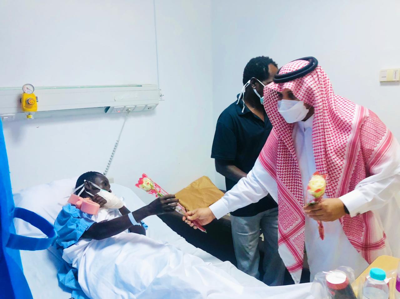 مدير مستشفى الحرث يعايد منسوبي المستشفى والمرضى المنومين