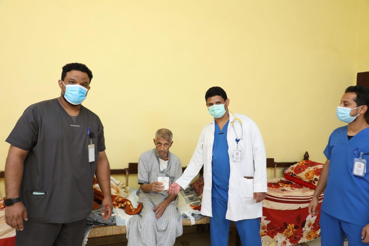 مستشفى صامطة العام يعايد مرضى الرعاية المنزلية