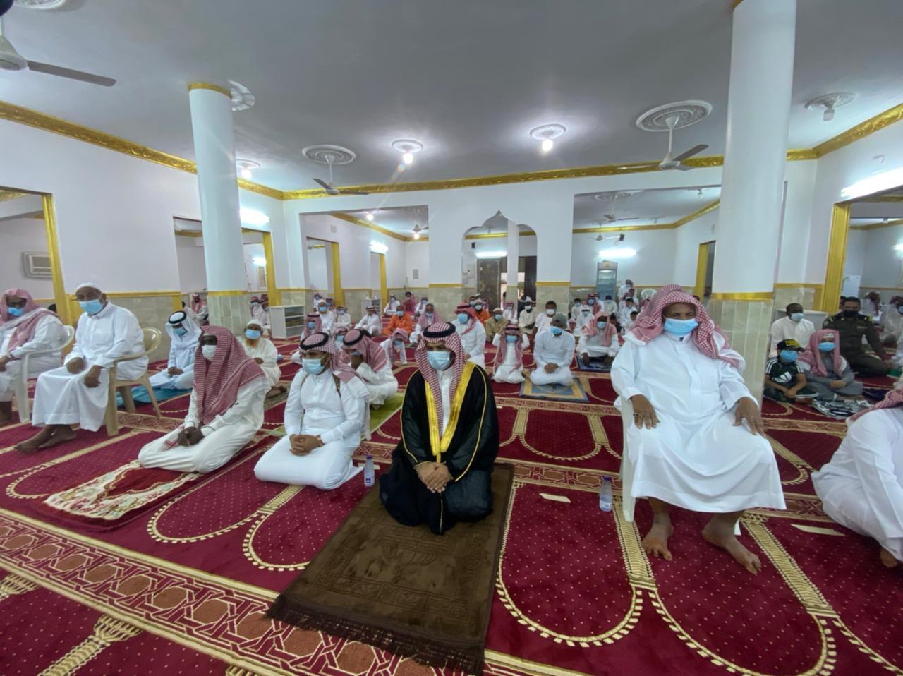 وكيل محافظة الحرث ورئيس مركز الخشل يتقدمان المصلين في عيد الاضحى
