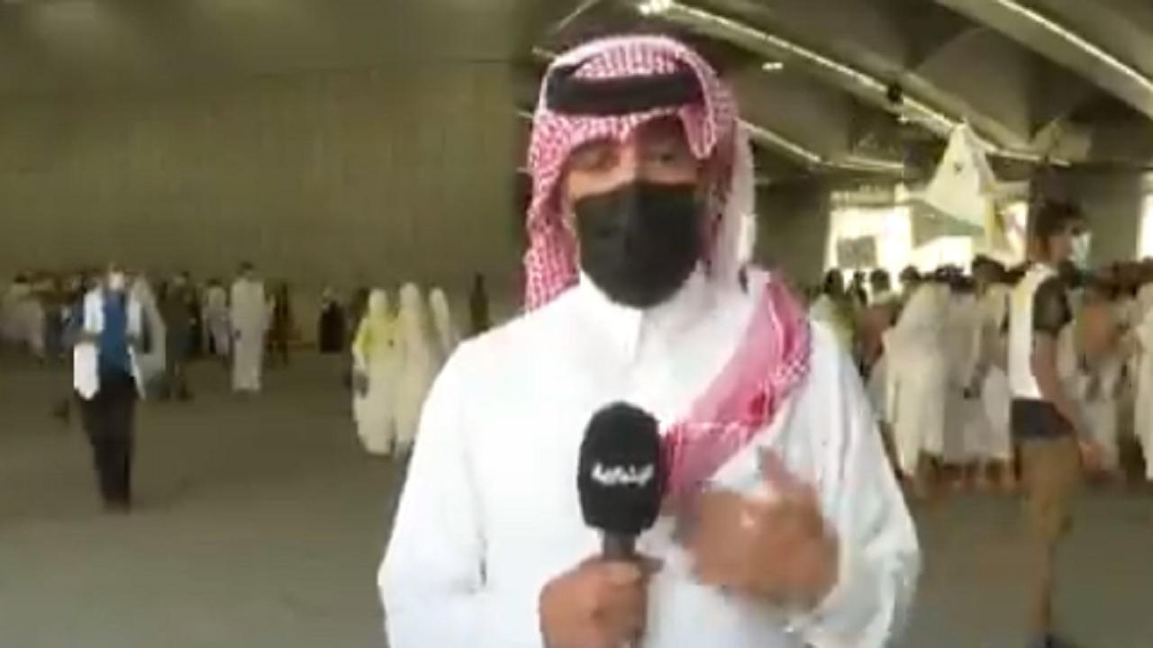 بالفيديو.. مراسل يبكي في لحظة إيمانية خلال تغطية موسم الحج