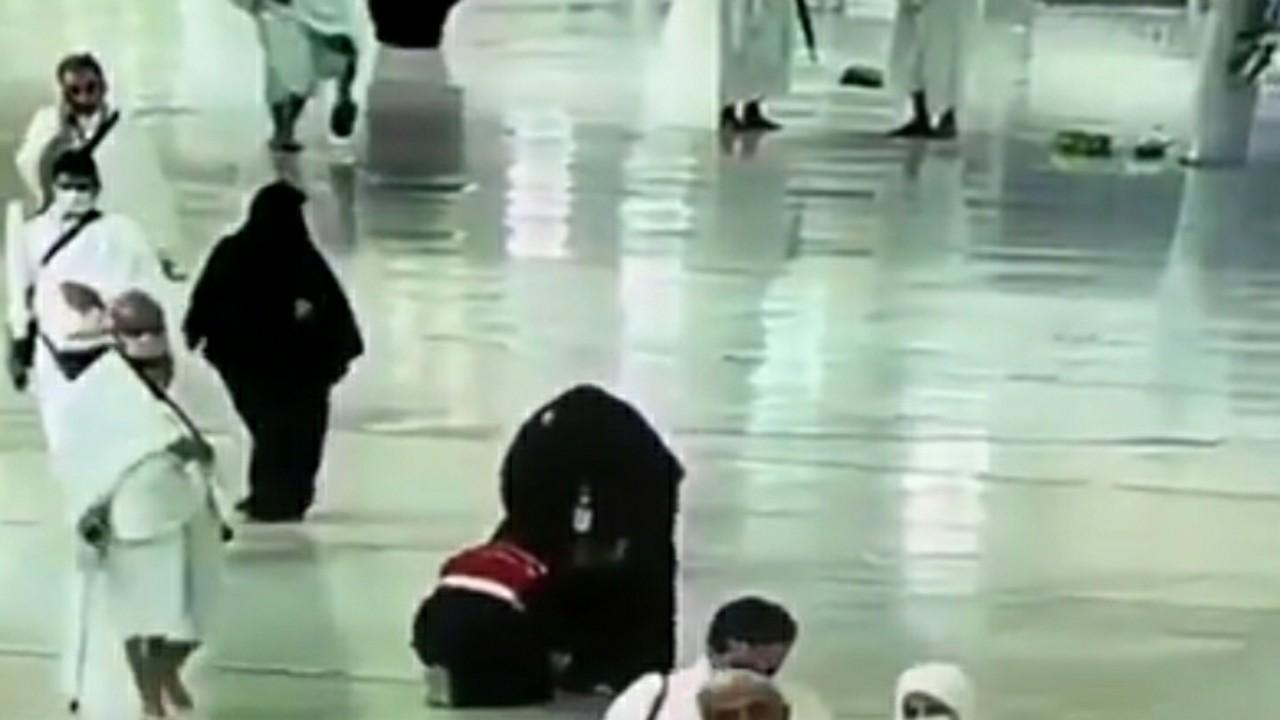 بالفيديو.. متطوعة تساعد حاجة مسنة في ربط حذائها