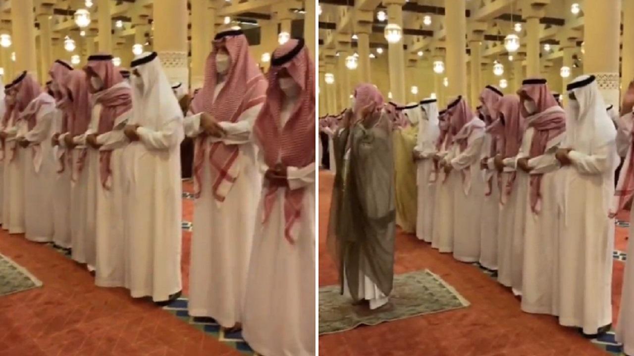 بالفيديو والصور .. أمير الرياض يؤدي الصلاة على الفقيدة الأميرة نوف بنت خالد بن عبدالله