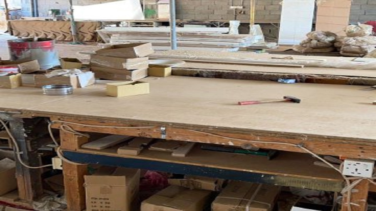 ضبط مستودعين مخالفين لتصنيع الأثاث في مكة