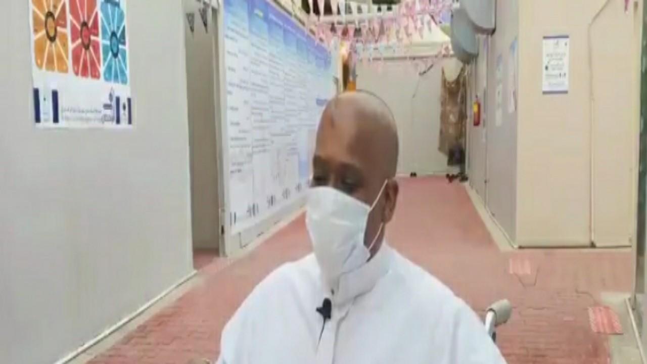 بالفيديو.. حاج كفيف يؤدي المناسك بمساعدة مرافقه