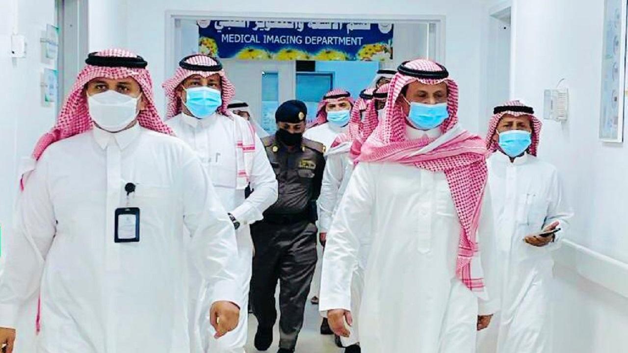محافظ الحرث يعايد المرضى والعاملين بالمستشفى العام