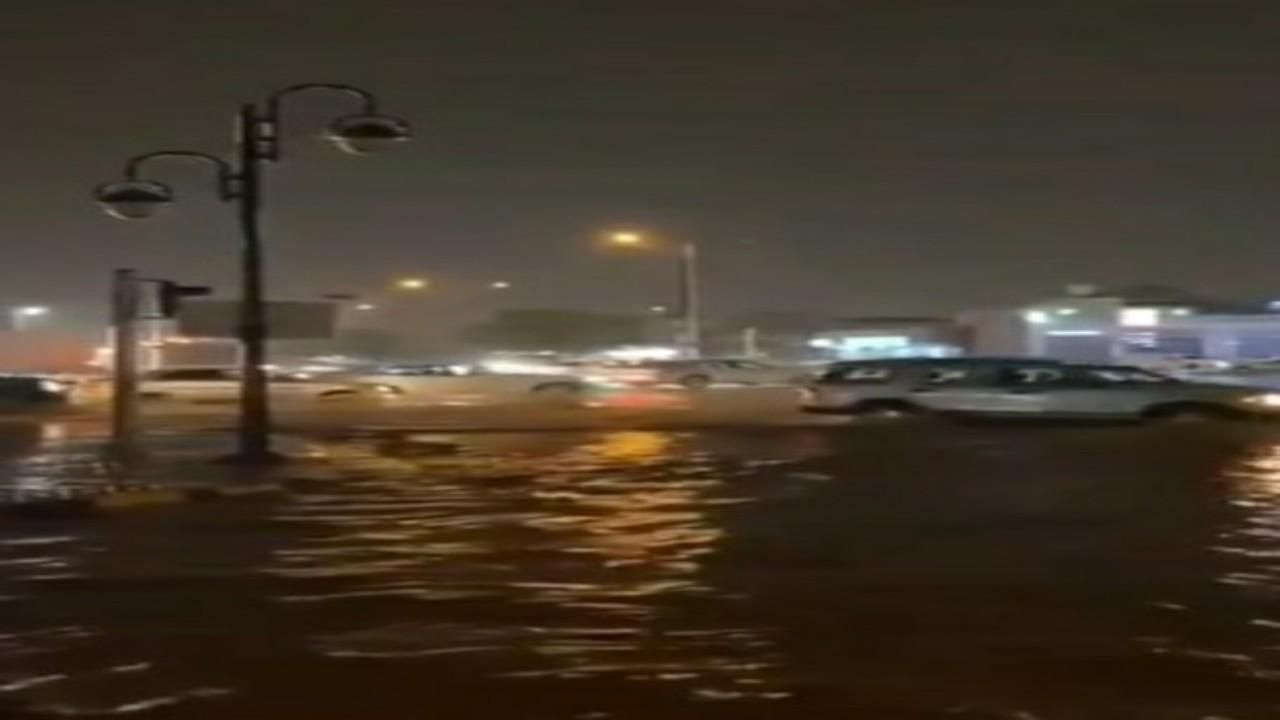 شاهد.. الأمطار تغرق الشوارع في حي الدخل المحدود بالرياض