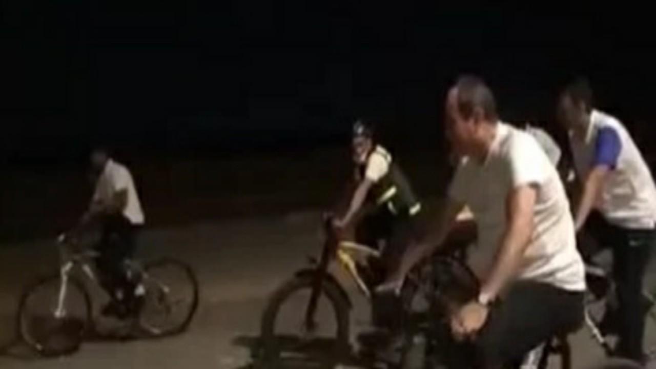 """السيسي لأحد المجندين خلال جولة بدراجته الهوائية:""""عيب هزعل منك"""""""