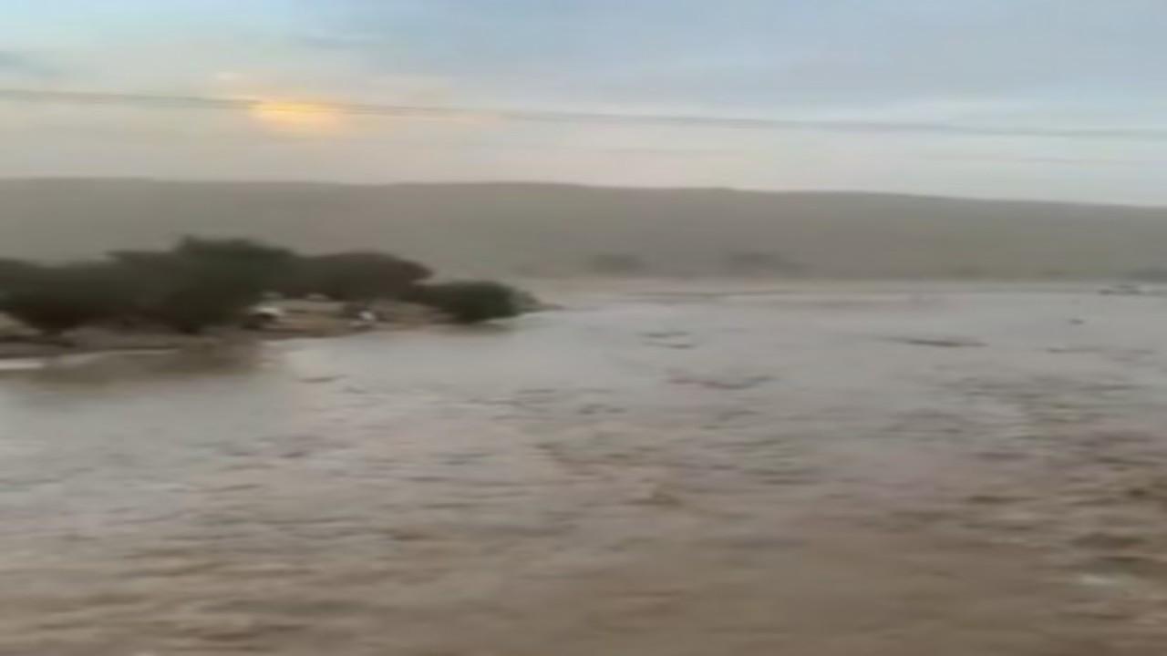 شاهد..لحظة جريانسيول شعيب غيهب بالأفلاج بعد هطول الأمطار الغزيرة