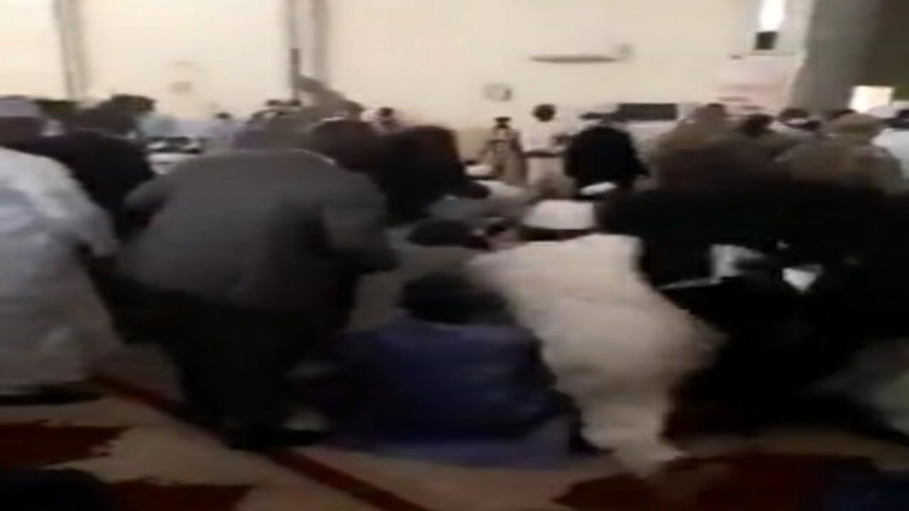 شاهد.. لحظة الهجوم على رئيس مالي المؤقت داخل مسجد أثناء صلاة العيد