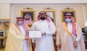 أمير القصيم يكرم موظفين من منسوبي الشؤون الأمنية بالإمارة