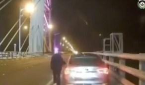 بالفيديو.. دورية مرور تنقذ امرأة من الانتحار في اللحظات الأخيرة