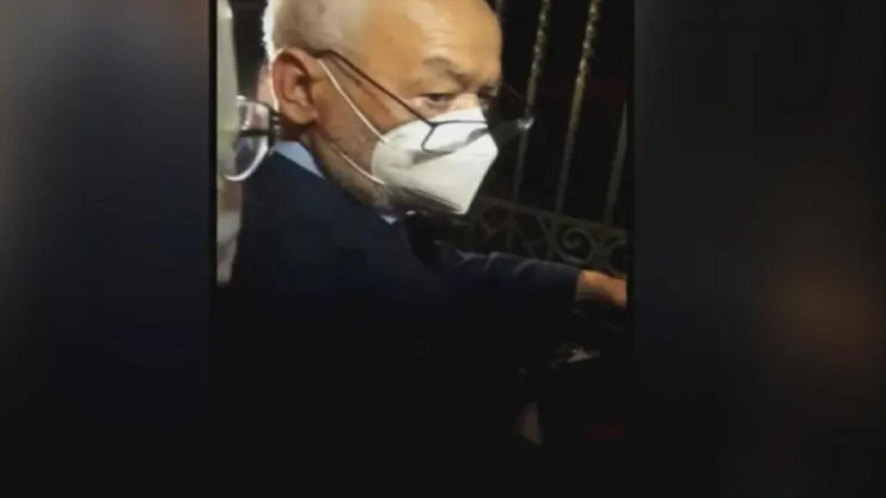 بالفيديو.. جندي تونسي يرد على الغنوشي عندما طلب منه الدخول للبرلمان