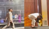 """محمد رمضان يخلع الحذاء أثناء تكريمه: """"مابقتش أثق في أي جزمة"""""""