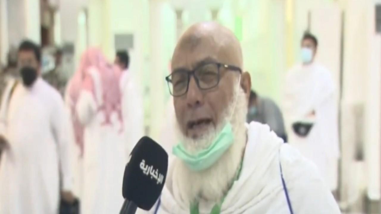 بالفيديو.. حاج يغالب دموعه ويعبر عن فرحته بعد خطبة عرفة