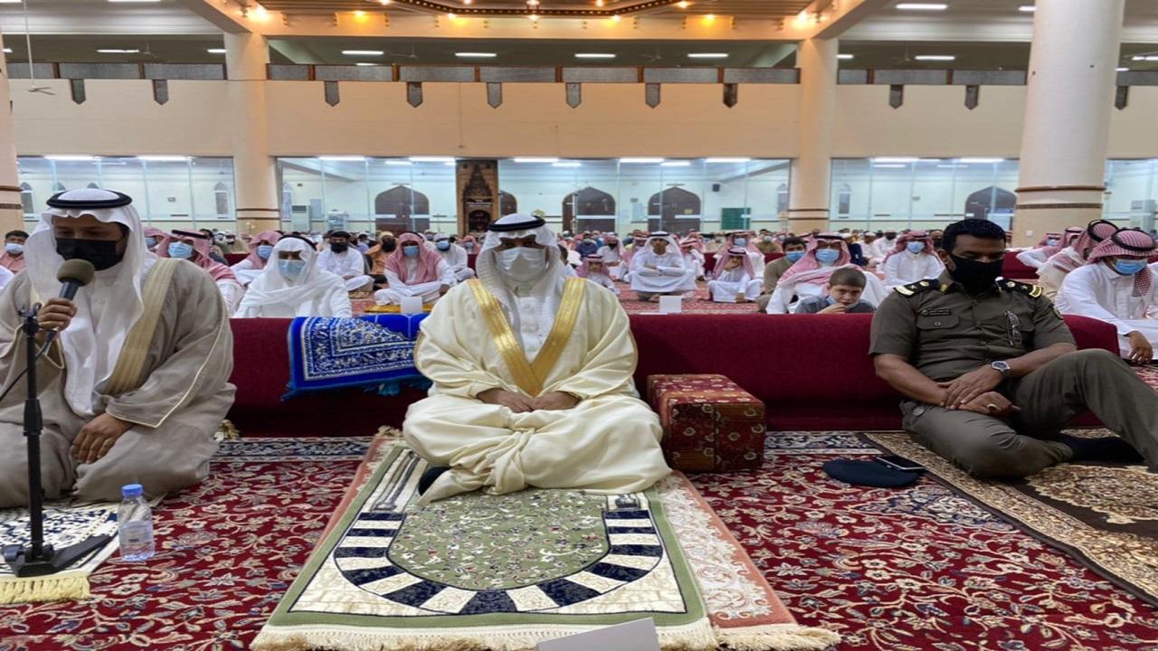 محافظ أملج يتقدم المصلين في صلاة العيد