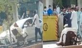 بالفيديو.. مقيم يجلس بطريقة غريبة وسط شارع عام في الرياض