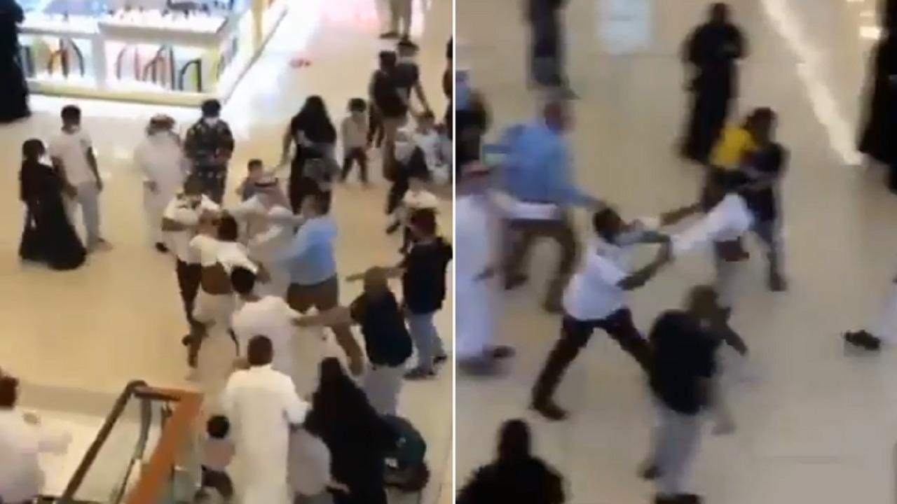 بالفيديو.. اعتداء شابين على حارس أمن داخل مجمع تجاري في جدة