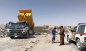 ضبط شاحنتين تلقيان انقاض ومخلفات في الأماكن الممنوعة بالدمام