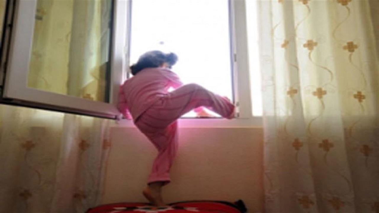 سقوط طفلة تركها أهلها وقت صلاة العيد من الطابق الثالث