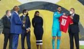 سيدة تلفت الأنظار على منصة تتويج دوري أبطال أفريقيا