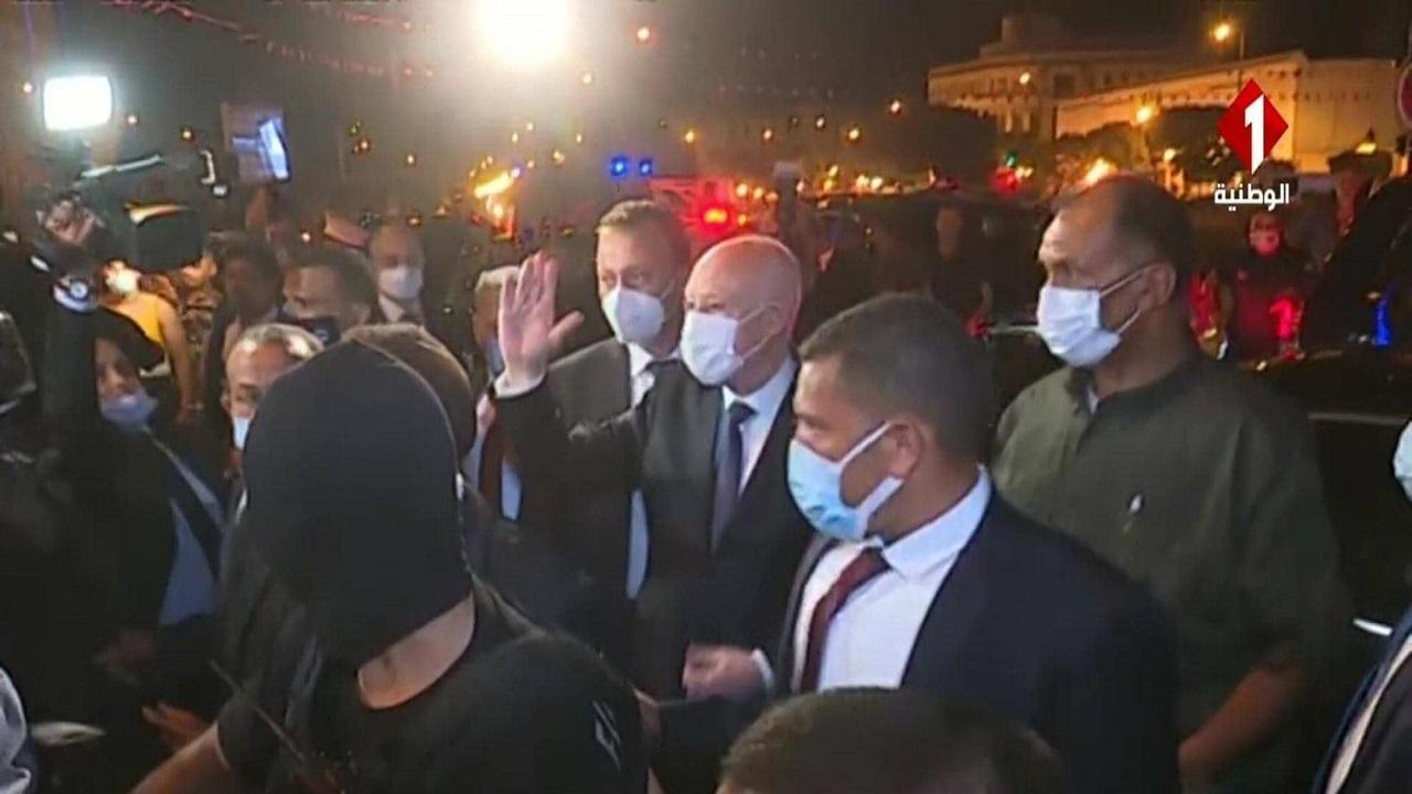 فيديو.. الرئيس التونسي ينزل الشارع ويحتفل مع شعبه بإقالة الحكومة