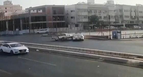 بالفيديو.. لحظة اصطدام سيارة بدورية مرور في جدة