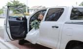 بالصور.. عروس تثير ضجة بقيادتها سيارة زفافها بنفسها