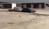 """بالفيديو.. قائد سيارة """"شاص"""" ينقذ عائلة من السيول في بيشة"""