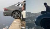 فيديو وصور.. شبان يستعرضون مهاراتهم في القيادة على حافة الهاوية بفيفاء