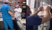"""بالفيديو.. إغلاق محلات تجارية بسبب عدم """"التحصين"""" في الرياض"""