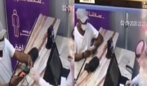بالفيديو.. زبون يحاول خداع كاشير في مطعم أثناء شراء تيس