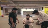 بالفيديو .. شاب كفيف يتحدى إعاقته ويقتحم عالم الرياضة بمساعدة شقيقه