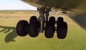 الطيار عبدالله بن صالح يوضح حالة عجلات الطائرة في لحظة الهبوط (فيديو)